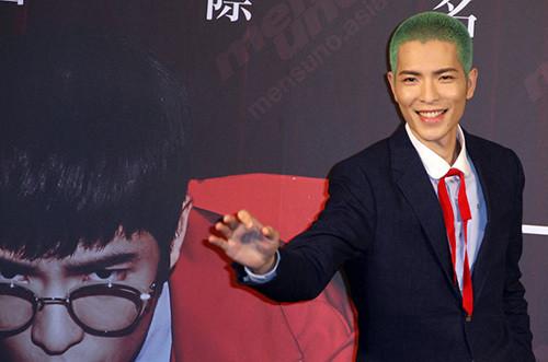 当天萧敬腾染了一头绿色的发型,剪短成板寸,造型相当奇特.