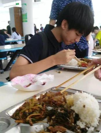 一组王俊凯在高中校园生活的照片