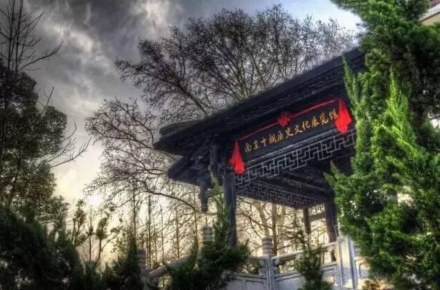 南京十朝历史文化园坐落于钟山风景区四方城1号下马坊遗址公园内,自然