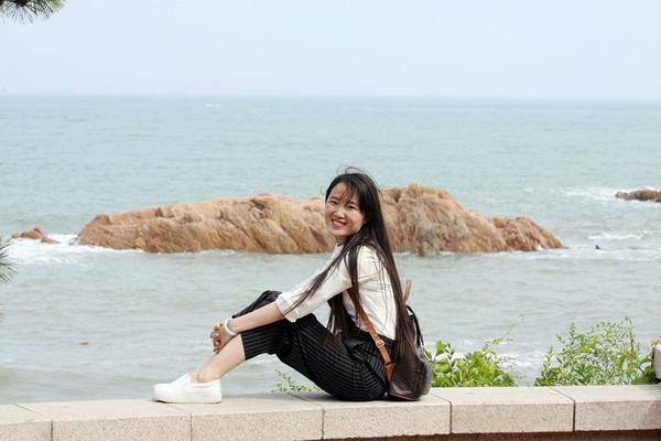 青島旅游歡樂季開啟 美女海邊自拍清新女神范兒