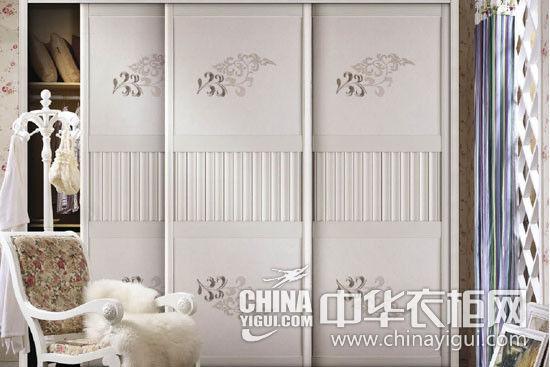 象牙白的木质移门,既呼应了卧室(卧室装修效果图)的