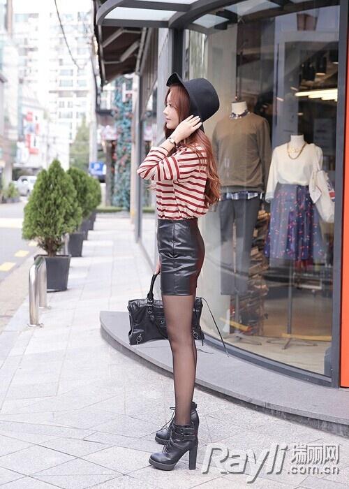 黑色衬衫搭配黑色皮质半身裙