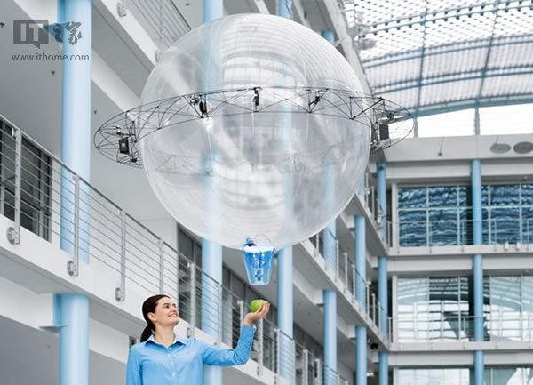 由于无人机中心的气泡内充满了氦气,即使无人机的推进器失灵,它可将缓缓地落到地面,而不会像传统的无人机那样飞速自由落体,摔在地面粉身碎骨。总体来看,由于无人机的机身是气球,推进器就不必承担过多的无人机机身体重。