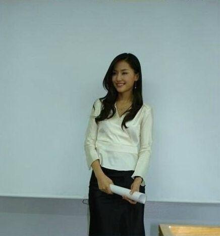 美女英语老师穿超短裙上课走红被人肉图片