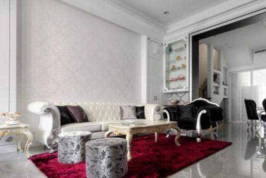 欧式风格沙发背景墙效果图大全 一张大红色地毯渲染开来,壁柜顶天处理,上方作玻璃柜展示,摆饰屋主于世界各地带回来的纪念品,中间以壁纸区隔下方储物柜,比例让整体线条看起来优雅。