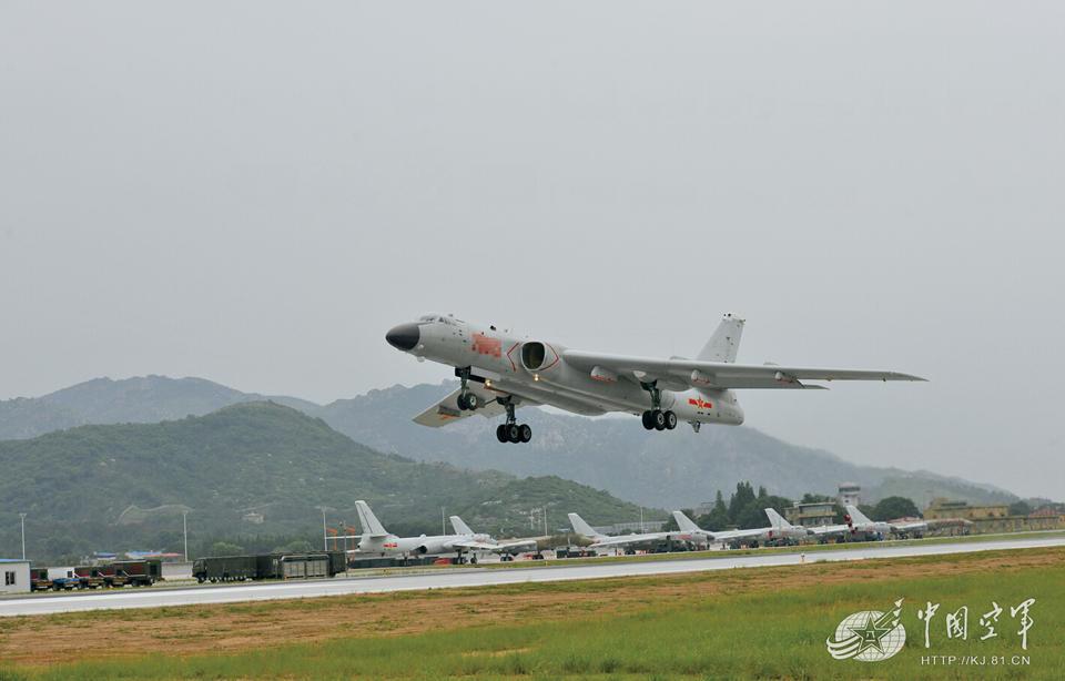 南空轰炸机某部的飞行员们不停地探索着战机