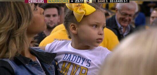 只见库里家的小公主不仅戴着可爱的黄色发夹,露出一脸淡定的萌萌哒神
